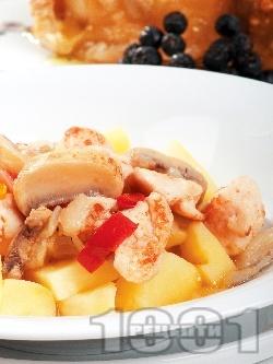 Задушени пилешки жулиени с гъби, картофи, чушки и лук в тенджера - снимка на рецептата